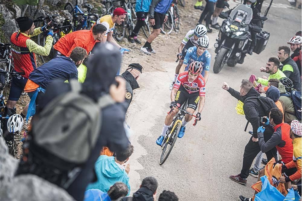 A rueda de Roglic. Foto La Vuelta